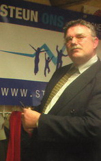 Frans van Oostveen met de schaar in de aanslag